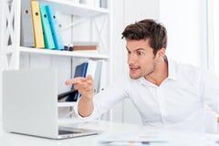 0 ενοχλημένος επιχειρηματίας που δείχνει το δάχτυλο στο lap-top Στοκ φωτογραφία με δικαίωμα ελεύθερης χρήσης