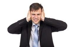 Ενοχλημένος επιχειρηματίας που καλύπτει τα αυτιά του με τα χέρια του Στοκ Φωτογραφία
