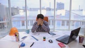 Ενοχλημένος, ματαιωμένος, 0 επιχειρηματίας που ρίχνει έναν σωρό των εγγράφων σε ένα καθαρό φωτεινό γραφείο απόθεμα βίντεο
