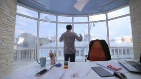 Ενοχλημένος, ματαιωμένος, 0 επιχειρηματίας που ρίχνει έναν σωρό των εγγράφων σε ένα καθαρό φωτεινό γραφείο φιλμ μικρού μήκους