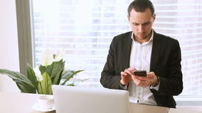 0 ενοχλημένος νέος επιχειρηματίας που έχει την κακή εργάσιμη ημέρα στην αρχή απόθεμα βίντεο