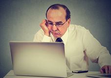 Ενοχλημένο τρυπημένο άτομο που μαθαίνει πώς να χρησιμοποιήσει τον υπολογιστή Στοκ Εικόνες