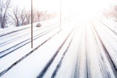 Ενοχλητικές φως και χιονοθύελλα ηλιοβασιλέματος στην εθνική οδό Στοκ φωτογραφία με δικαίωμα ελεύθερης χρήσης