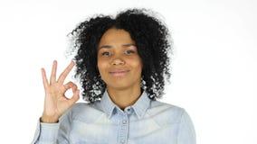 Εντάξει σημάδι από τη μαύρη γυναίκα στο άσπρο υπόβαθρο Στοκ Φωτογραφία