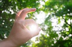 ΕΝΤΑΞΕΙ σημάδι χεριών ηλιοφάνειας Στοκ φωτογραφίες με δικαίωμα ελεύθερης χρήσης