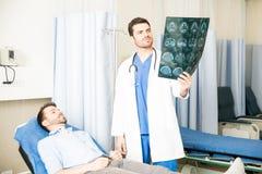 Εντατική incharge που εξετάζει υπομονετικό ` s MRI Στοκ φωτογραφία με δικαίωμα ελεύθερης χρήσης