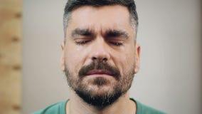 Εντελώς στενοχωρημένο άτομο που ρίχνει τα δάκρυα της απόγνωσης, απογοήτευση φιλμ μικρού μήκους
