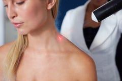 Εντοπισμένη cryotherapy σύνοδος στο λαιμό στοκ φωτογραφίες