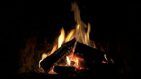 Εντυπωσιακή ηρεμία που ικανοποιεί τον καλό άνετο στενό επάνω βρόχο που πυροβολείται του ξύλινου καψίματος φλογών πυρκαγιάς αργά σ φιλμ μικρού μήκους