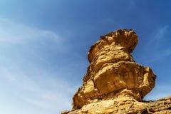 Εντυπωσιακός απόμερος βράχος με τα σημάδια διάβρωσης Eolian στην έρημο του ρουμιού Wadi, Ιορδανία Στοκ εικόνα με δικαίωμα ελεύθερης χρήσης