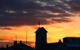 Εντυπωσιακό ηλιοβασίλεμα και σκοτεινό σύννεφο Στοκ Φωτογραφίες