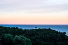 Εντυπωσιακό ηλιοβασίλεμα με την άποψη σχετικά με το λόφο Στοκ Εικόνα