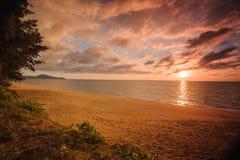 Εντυπωσιακό ηλιοβασίλεμα στην ήρεμη θάλασσα στην Ταϊλάνδη Στοκ Εικόνα