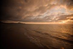 Εντυπωσιακό ηλιοβασίλεμα στην ήρεμη θάλασσα στην Ταϊλάνδη Στοκ εικόνες με δικαίωμα ελεύθερης χρήσης