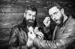 Εντυπωσιακό κέρδος Βάναυσα γενειοφόρα σακάκι δέρματος ένδυσης hipster ατόμων και χρήματα μετρητών λαβής Παράνομο κέρδος και μαύρα στοκ εικόνες