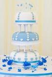 Εντυπωσιακό μπλε και άσπρο γαμήλιο κέικ 3 σειρών Στοκ Εικόνες