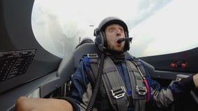 Εντυπωσιασμένη συνεδρίαση επιβατών προσώπου αρσενική στο αεροπλάνο αεριωθούμενων αεροπλάνων που πετά πέρα από αρχειοθετημένος, αε φιλμ μικρού μήκους