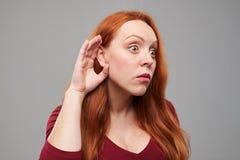 Εντυπωσιασμένο θηλυκό που κρυφακούει κάτι στοκ εικόνες με δικαίωμα ελεύθερης χρήσης