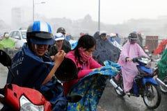 Ενυδάτωση ζεύγους υγρή στη βροχή Στοκ Εικόνες