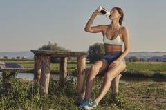 Ενυδάτωση γυναικών μετά από το τρέξιμο Στοκ εικόνες με δικαίωμα ελεύθερης χρήσης