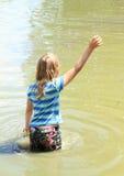 Ενυδάτωση μικρών κοριτσιών υγρή στο νερό Στοκ φωτογραφία με δικαίωμα ελεύθερης χρήσης
