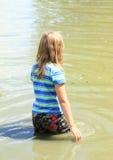 Ενυδάτωση μικρών κοριτσιών υγρή στο νερό Στοκ εικόνα με δικαίωμα ελεύθερης χρήσης