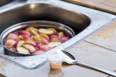 Ενυδατώστε το μήλο στο νερό με το άλας για να αποτρέψετε την οξείδωση στοκ φωτογραφία με δικαίωμα ελεύθερης χρήσης