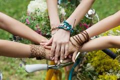Ενωμένα χέρια της κινηματογράφησης σε πρώτο πλάνο φίλων, νέα κορίτσια στα βραχιόλια boho στοκ εικόνες με δικαίωμα ελεύθερης χρήσης