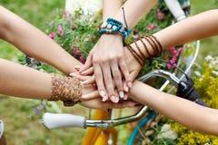 Ενωμένα χέρια της κινηματογράφησης σε πρώτο πλάνο φίλων, νέα κορίτσια στα βραχιόλια boho στοκ φωτογραφίες με δικαίωμα ελεύθερης χρήσης