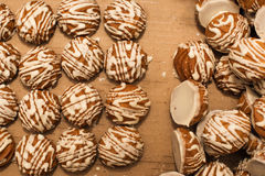 Ενωμένος στενά profiteroles με την άσπρη σοκολάτα Στοκ Εικόνες