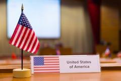 Ενωμένος της μικρής σημαίας της Αμερικής ` s στον πίνακα συνεδρίασης στοκ φωτογραφίες με δικαίωμα ελεύθερης χρήσης