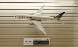 Ενωμένο πρότυπο αεροπλάνο που διακοσμείται στο διεθνή αερολιμένα του Τόκιο Στοκ εικόνα με δικαίωμα ελεύθερης χρήσης