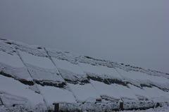 Ενότητες που καλύπτονται φωτοβολταϊκές με το χιόνι Στοκ εικόνα με δικαίωμα ελεύθερης χρήσης