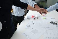 Ενώνοντας χέρια αρχιτεκτόνων & πελατών Τεθειμένο μηχανικός χέρι μαζί W Στοκ Φωτογραφία