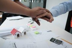 Ενώνοντας χέρια αρχιτεκτόνων & πελατών Τεθειμένο μηχανικός χέρι μαζί W Στοκ Φωτογραφίες