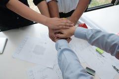 Ενώνοντας χέρια αρχιτεκτόνων & πελατών Τεθειμένο μηχανικός χέρι μαζί W Στοκ φωτογραφία με δικαίωμα ελεύθερης χρήσης