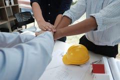 Ενώνοντας χέρια αρχιτεκτόνων & πελατών Τεθειμένο μηχανικός χέρι μαζί W Στοκ εικόνες με δικαίωμα ελεύθερης χρήσης
