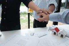Ενώνοντας χέρια αρχιτεκτόνων & πελατών Τεθειμένο μηχανικός χέρι μαζί W Στοκ Εικόνα