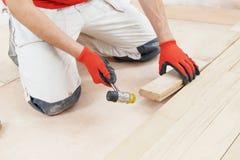 Ενώνοντας parket πάτωμα εργαζομένων ξυλουργών Στοκ εικόνα με δικαίωμα ελεύθερης χρήσης