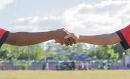 Ενώστε τα αθλητικά τοπικά παιδιά χεριών στην παιδική χαρά στοκ εικόνες