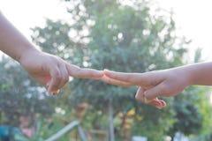 Ενώστε τα αθλητικά τοπικά παιδιά χεριών στοκ φωτογραφίες με δικαίωμα ελεύθερης χρήσης