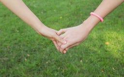 Ενώστε τα χέρια δύο γυναίκες Στοκ εικόνες με δικαίωμα ελεύθερης χρήσης