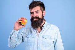 Ενώστε τον υγιή τρόπο ζωής Άτομο με το χέρι φρούτων μήλων λαβής γενειάδων hipster Γεγονότα και οφέλη για την υγεία διατροφής Υγιή στοκ φωτογραφίες με δικαίωμα ελεύθερης χρήσης