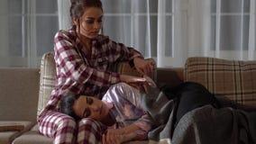 Ενώ μια από τις δίδυμες αδελφές κοιμάται στα γόνατα άλλη, αυτή που κτυπά την τρίχα της και που καλύπτει με το καρό σε άνετο απόθεμα βίντεο