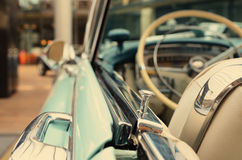 Ενδιαφέρον σχέδιο του παλαιού αυτοκινήτου με τον αρχικούς προβολέα και τον προφυλακτήρα Στοκ Εικόνες
