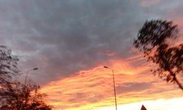 Ενδιαφέρουσα άποψη του ουρανούηλιοβασιλέματος summerΣτοκ φωτογραφία με δικαίωμα ελεύθερης χρήσης