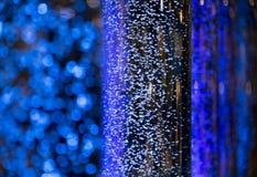 Ενδιαφέρουσα ατμόσφαιρα με τις μπλε φυσαλίδες που επιπλέουν bokeh τη διάθεση Στοκ Φωτογραφία