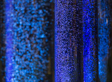 Ενδιαφέρουσα ατμόσφαιρα με τις μπλε φυσαλίδες που επιπλέουν bokeh τη διάθεση όπως Στοκ Εικόνες