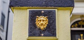 Ενδιαφέρουσα διακόσμηση με μορφή ενός κεφαλιού λιονταριών ` s που τοποθετείται στο τ Στοκ εικόνα με δικαίωμα ελεύθερης χρήσης