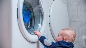 Ενδιαφέρουσα κίνηση ενός πλυντηρίου απόθεμα βίντεο